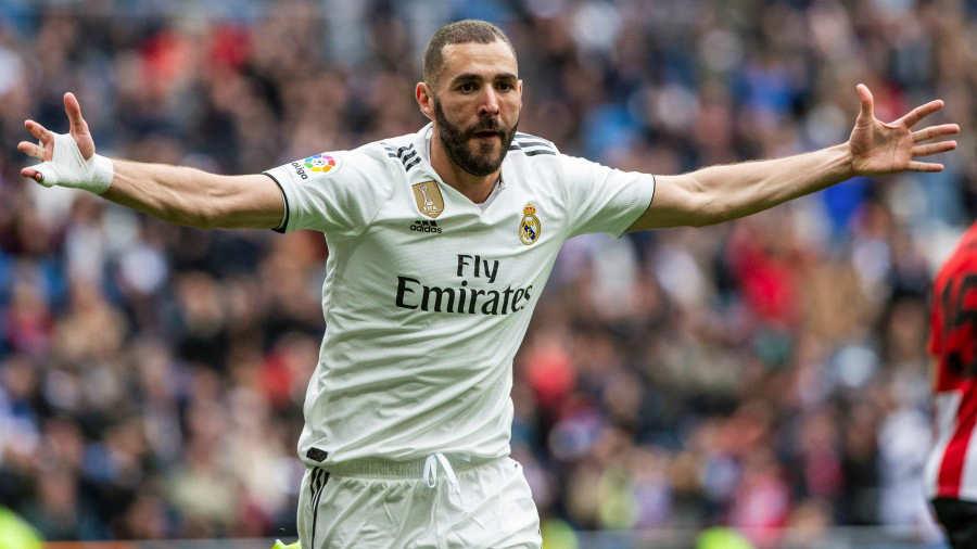 9ad8b4de8 El jugador francés del Real Madrid Karim Benzema celebra su segundo gol  marcado contra el Athletic Club de Bilbao