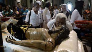 Con devoción y fervor, salvadoreños siguen el duelo de la muerte de Jesucristo