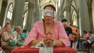 Penitentes recorren con sacrificios la calle de la Amargura en San Salvador
