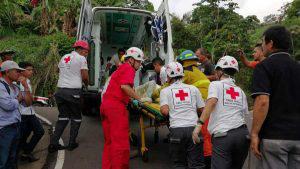 Impactante rescate de niña atrapada tras vuelco de microbús en Sensuntepeque