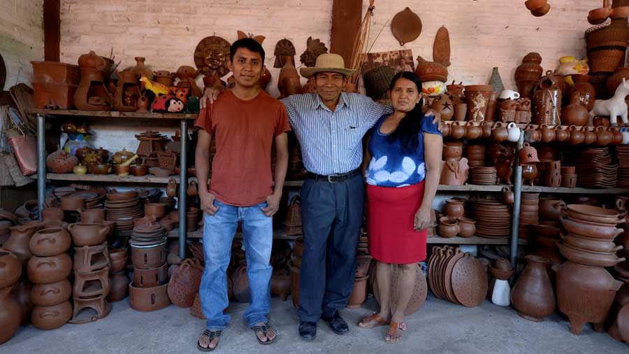 RealizaciÛn de la historia de una familia que se dedica a trabajar el arte del barro, quienes tienen su propio taller para obtener ingresos para subsistir.
