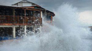 Impresionantes olas golpean zonas turísticas del Puerto de La Libertad