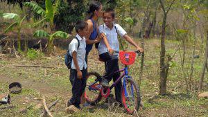 El camino que los niños del cantón El Presidio en Sonsonate recorren para llegar a la escuela a aprender