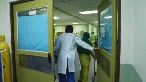 Fuertes lluvias en San Miguel inundan UCI en hospital San Juan de Dios durante la noche del sábado