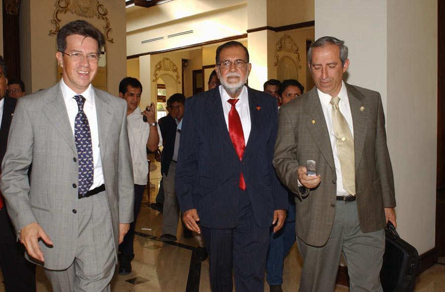 Se reunion Schafik Handal candidato de FMLN con Luis Ernesto Derbez canciller mexicano.