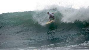 Surfistas desafían las inmensas olas en Punta Roca