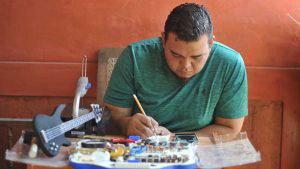 Jasson Mendoza el joven emprendedor que elabora guitarras a escala