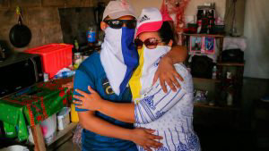 Jonathan Lacayo (L), one of 50 opposition prisoners released under a