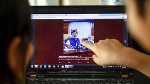 Funcionarios pakistaníes fueron víctimas de los filtros de facebook live durante una conferencia a periodistas