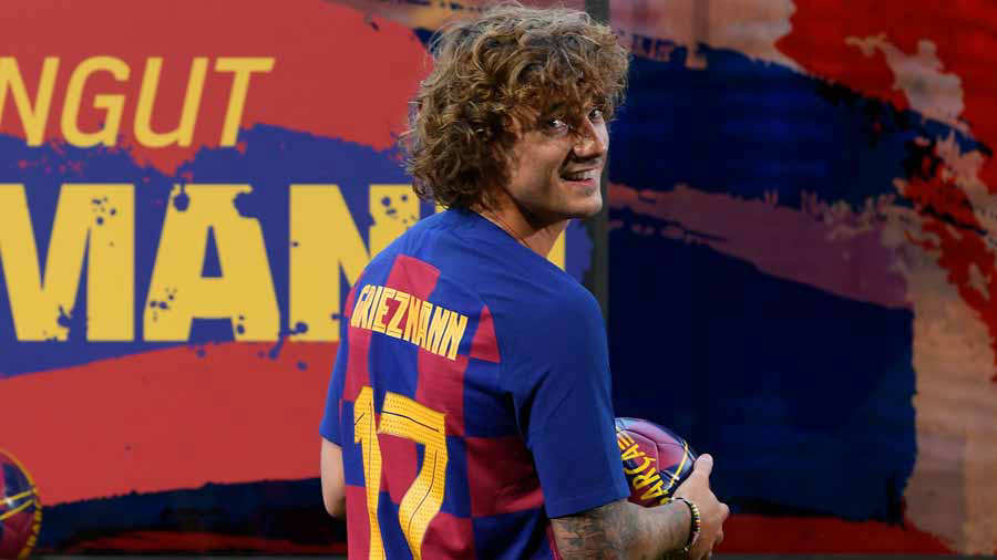 Barcelona's new French forward Antoine Griezmann poses with his new j
