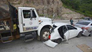 Motorista de camión se pasa llevando ocho vehículos en la carretera al Puerto de La Libertad