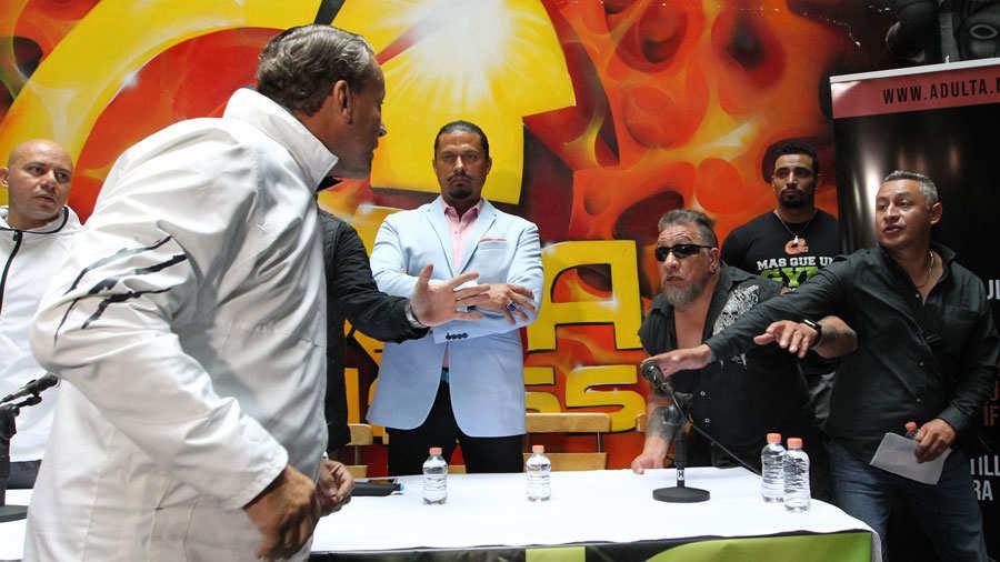 Actores se lÌan a golpes durante una conferencia