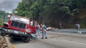 Camión que transporta material de construcción provocó aparatoso accidente sobre carretera Los Chorros