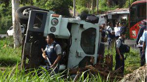 Agentes de seguridad protegen dinero tras accidente de camión blindado en Santa Ana
