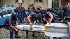 Un misil de 600 mil euros, armas, municiones, placas nazis con esvásticas decomisados a extremistas en Italia