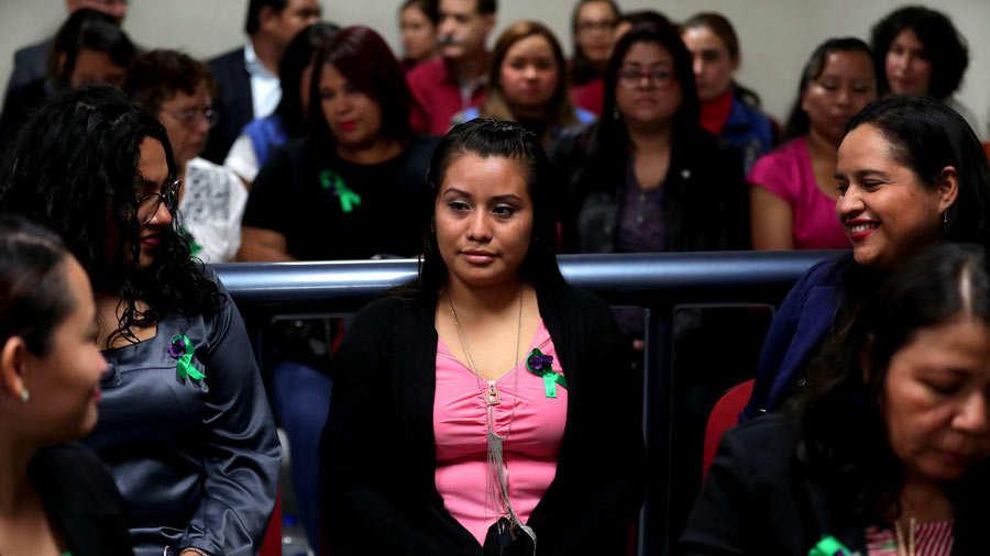 Joven salvadoreÒa acusada de aborto espera fallo en juicio por delito de homicidio