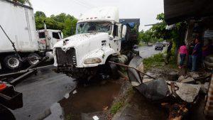 Una persona herida de gravedad en accidente de camión que se introdujo en una vivienda