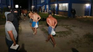 Así fue el operativo y traslado de reos realizado en la granja penal de Zacatecoluca
