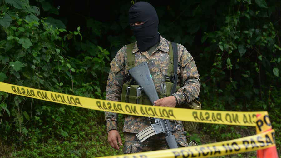 Muerto-Perulapán-12-JR-/ Luego de lanzarlo a la canaleta los hechores todavía le dispararon en varias ocasiones, señaló un agente policial.
