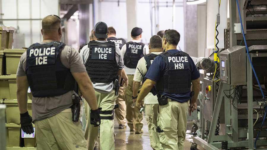 Operativo migrantesLos oficiales arrestaron en Misisipi a 680 empleados, en su mayoría latinos.