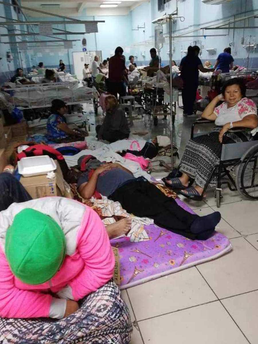 Pacientes del Hospital Rosales esperan atención médica en el piso ...