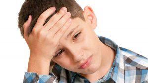 Dolor de cabeza leve y bostezos