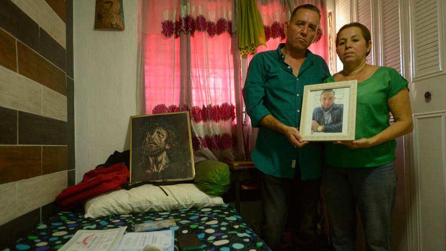 Roberto y María sostienen la foto de Mario, que murió el pasado 3 de marzo, junto a Johanna. Las habitaciones de los jóvenes permanecen aseadas y ordenadas, tal como las dejaron el día que murieron. Foto EDH / David Martínez