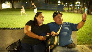 Capitalinos disfrutan del ambiente nocturno del parque Cuscatlán