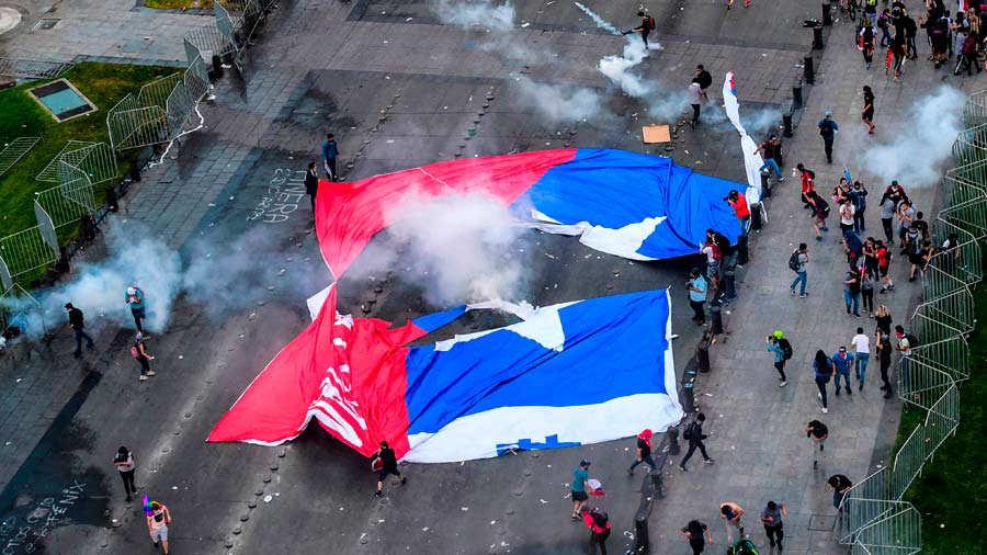 Varias ciudades de Chile, incluyendo, Santiago, estaban bajo el estado de emergencia desde el pasado 19 de octubre, cuando estallaron violentas protestas. Poco a poco vuelve la normalidad. Foto EDH / archivo