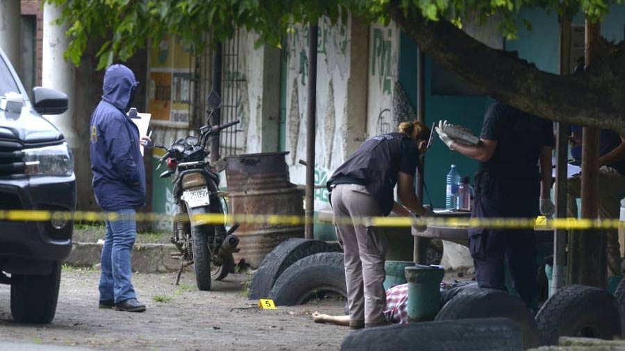 Dos hombres que habían llegado a almorzar al negocio donde todos los días almorzaba El Limonada, también fueron asesinados. Uno de ellos fue identificado como Salvador Zepeda Polanco Foto EDH / archivo