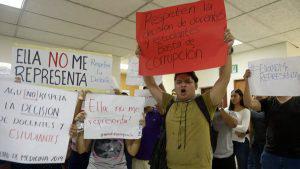 Estudiantes de la Universidad de El Salvador protestan por irregularidades en elección de Decana