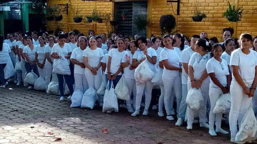 Imágenes del traslado de internas del penal de Sensuntepeque hacia otras cárceles - elsalvador.com