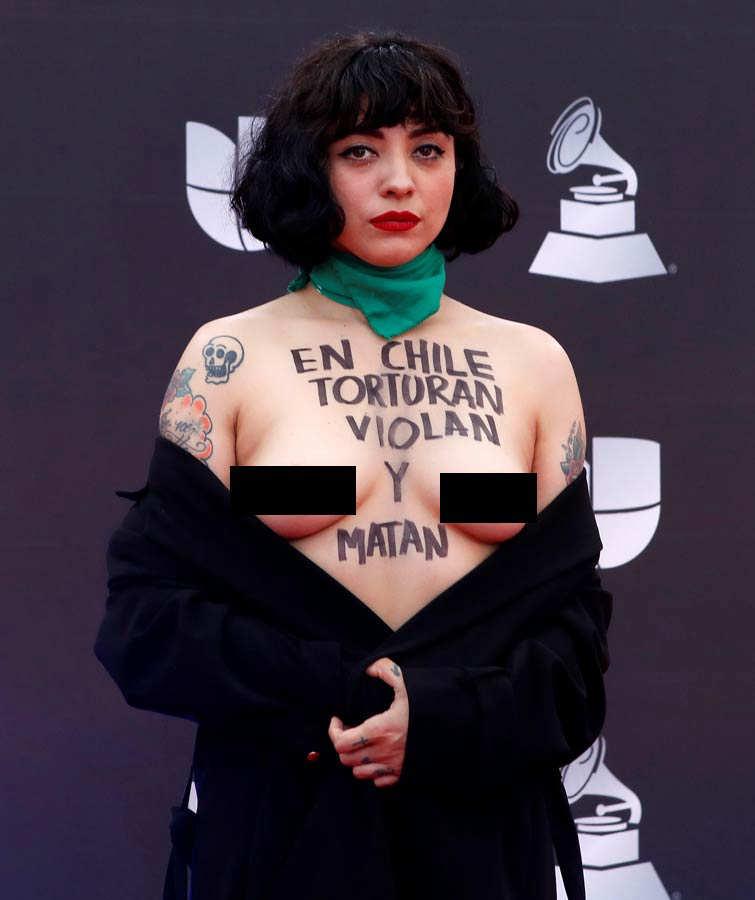 Mon Laferte desnuda su torso en Latin Grammy y denuncia que en Chile