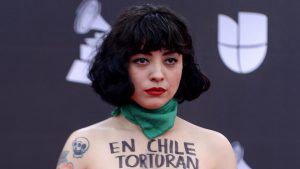 Mon Laferte hace un topless en protesta durante los Latin Grammy