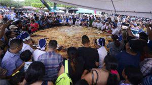 Más de 15 mil personas disfrutaron los 4.50 metros de la pupusa más grande de El Salvador
