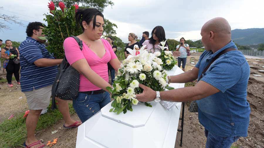 Imagen del sepelio de Anahy Miranda Rivas, de 27 años, encontrada asesinada el pasado 27 de octubre en el bulevar Los Héroes, San Salvador. Foto EDH / archivo