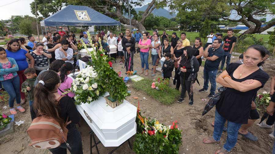 Anahy fue sepultada en el cementerio La Bermeja, de San Salvador. Para su sepelio contribuyeron asociaciones proderechos de la comunidad LGBTI así como personas particulares. Foto EDH / archivo