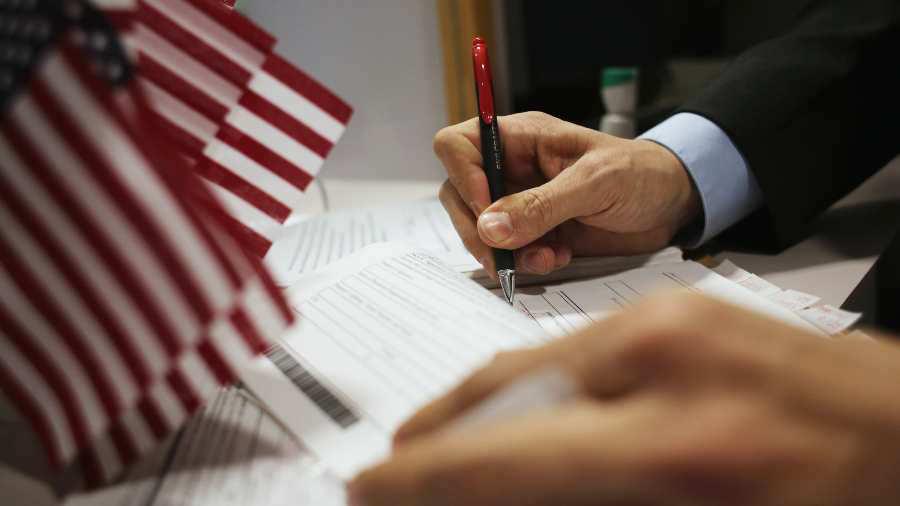 Proponen alza en costos de inmigración: ciudadanía aumentaría un 83%