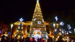 LLuvia de luces navideñas decoran las plazas en San Salvador