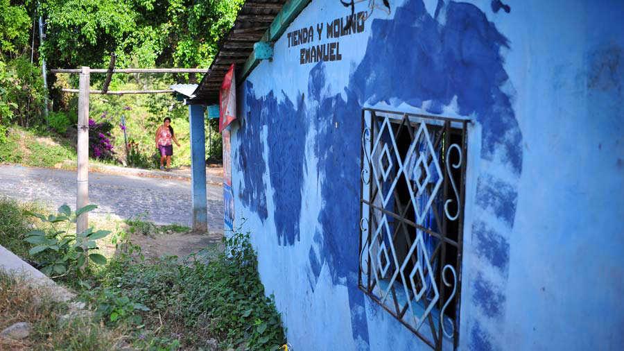 En varias casas de los caseríos del cantón Santanita, las pandillas habían colocado sus grafitis, pero la Policía los ha tachado. Foto EDH / ÓSCAR IRAHETA