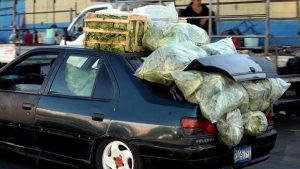 Mira las formas ingeniosas en que los salvadoreños han utilizado su sedán para llevar carga