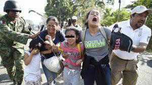 El dramático momento en que la caravana de migrantes fue detenida en México
