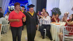 Anciano de 89 años se graduó con honores como técnico electrónico en Perú