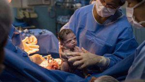 Imagen de bebé recién nacida enojada se viraliza en redes sociales