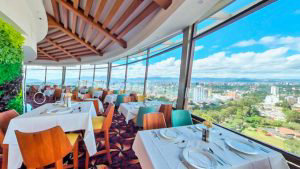 """Conoce el """"Restaurante Giratorio"""" que cautiva desde las alturas en Guatemala"""