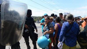 Salvadoreños que llevan meses sin servicio de agua potable protestan en diferentes lugares