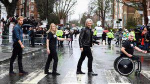 El príncipe Harry emula junto a Bon Jovi la histórica foto de The Beatles
