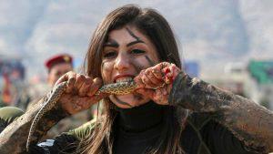 Las perturbadoras imágenes de soldados comiendo culebras crudas en Irak