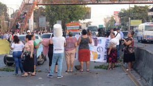 Vecinos cierran la calle Troncal del Norte en protesta por cinco meses sin agua