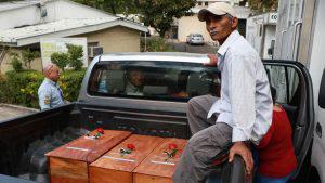 Familiares reciben restos de su seres queridos asesinados por militares durante el conflicto armado